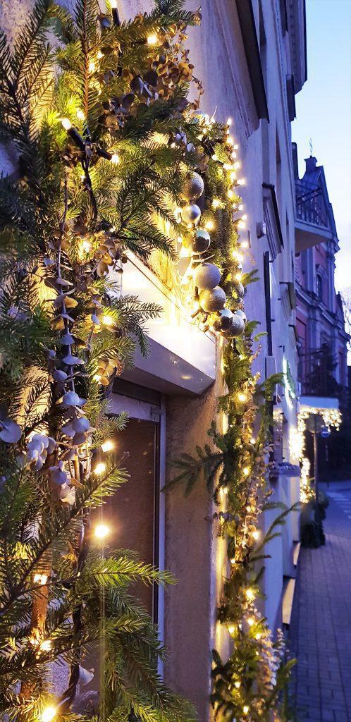 HORTUS-MAGICUS-Kalėdos-lauke.Įėjimo-dekoras-su-lemputėmis..Outdoors-Cristmas-Decoration-