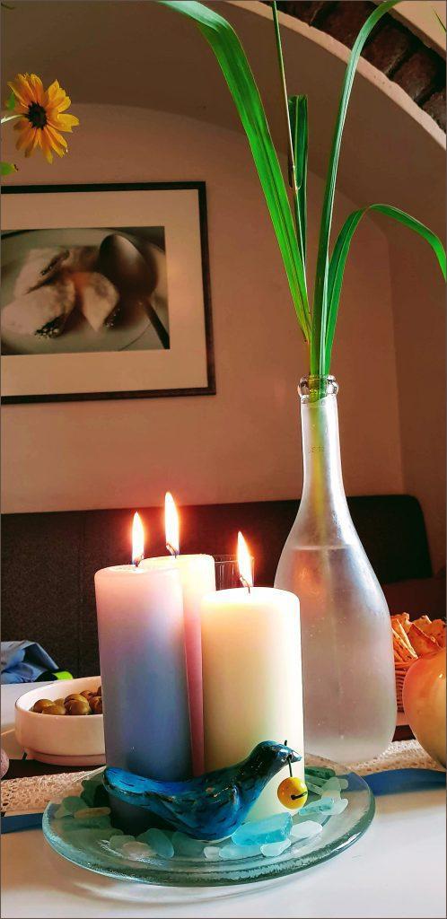 HORTUS-MAGICUS--Stalo-dekoras-su-kosmėja-ir-žvakėmis--Table-decoration